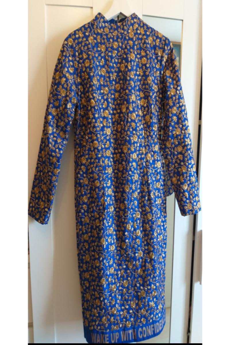 Indiase blauwe jurk met lange mouwen en goude bewerkingen.